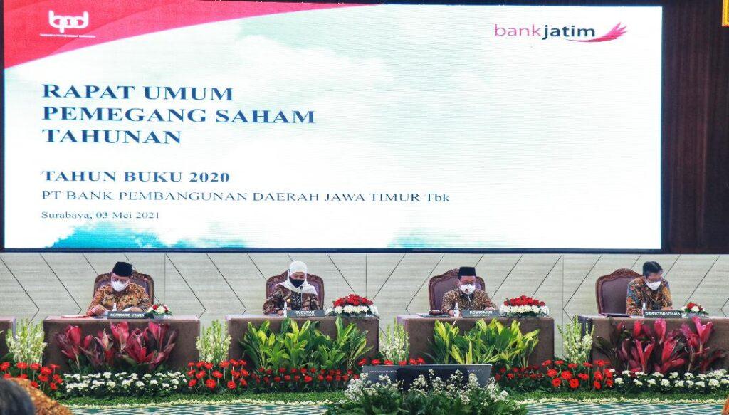 Gubernur Khofifah Indar Parawansa bersama jajaran direksi dan komisaris Bank Jatim saat Rapat Umum Pemegang Saham Tahunan (RUPST) Bank Jatim (Foto: Istimewa)